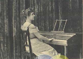 Mary Wurm am Virgil Practise Piano, Postkarte ca. 1900